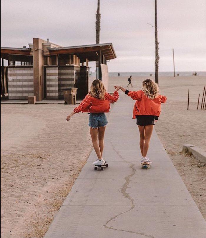 short jean skateboard robe longue femme ete inspiration robe droite chic mode estivale deux amies sur la plage