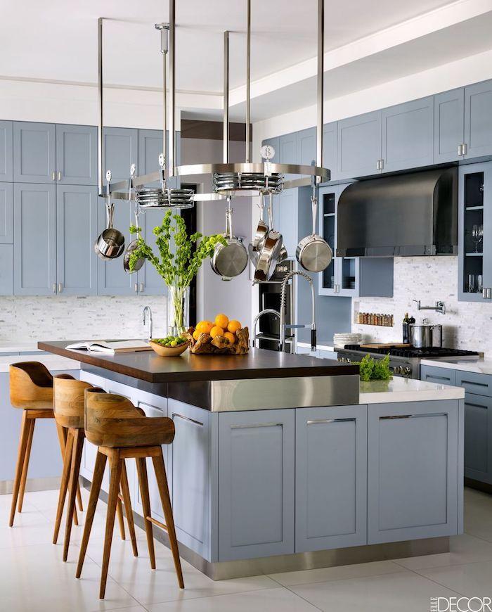 Chaises hautes en bois, ilot de cuisine bleu avec détails métalliques quelle couleur pour une cuisine, couleur de peinture pour cuisine
