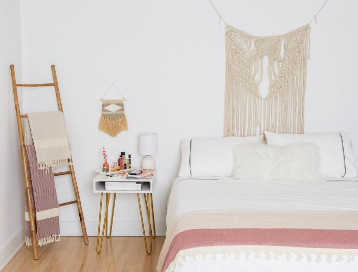 suspension macramé design intérieur style boho moderne échelle décorative bois rangement plaid à franges table de chevet blanc et or