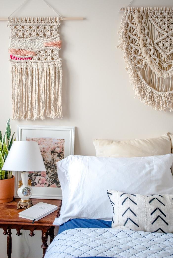 suspension murale bâtonnet bois noued macramé cadre blanc peinture fleurs lampe de chevet blanche fabriquer une tete de lit technique macramé
