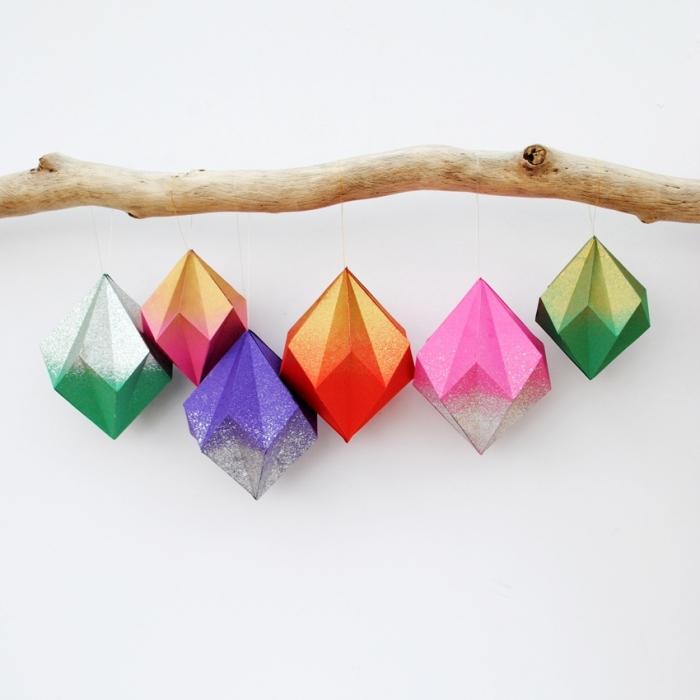 idée d'activité manuelle facile et originale, diy suspension multicolore avec branche de bois et petites pyramides en papier coloré