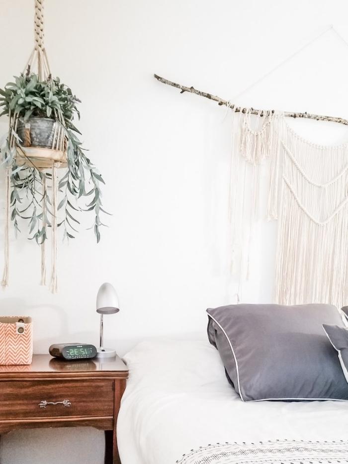 suspension plante macramé avec corde tressé et planche de bois meuble de chevet bois foncé tete de lit a faire soi meme macramé bohème style