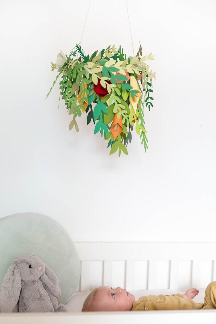 idée d'activité manuelle facile et petit budget, diy suspension mobile pour la chambre bébé en forme de couronne de feuilles en papier