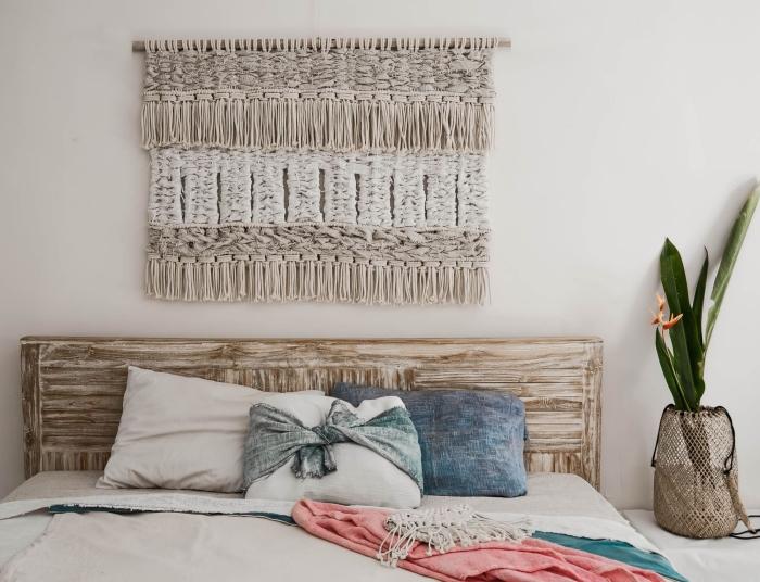tête de lit bois vintage coussins décoratifs vase tressé plante verte d intérieur deco tete de lit fait main avec corde noeud macramé