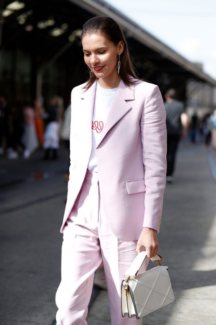 comment assortir les couleurs de ses vêtements et accessoires dans une tenue femme chic, modèle ensemble tailleur femme