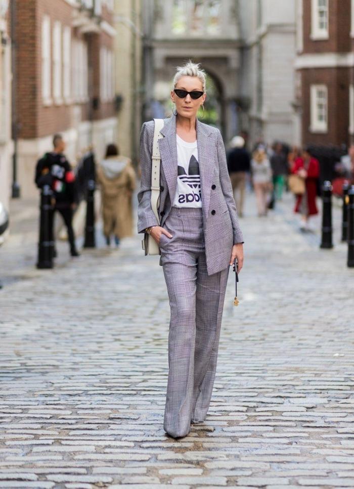 exemple comment bien s'habiller au quotidien, idée de tenue au travail avec ensemble femme chic en gris et t-shirt blanc