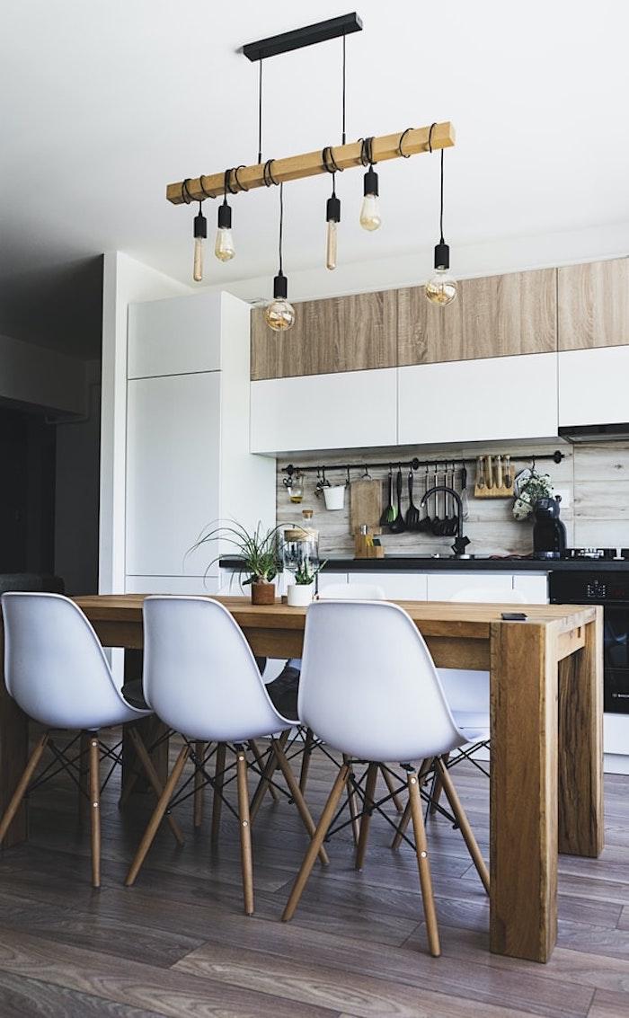 Lustre bois avec bulbes pendantes, tendance couleur cuisine 2020, peinture pour la cuisine renouvelé, table bois massive
