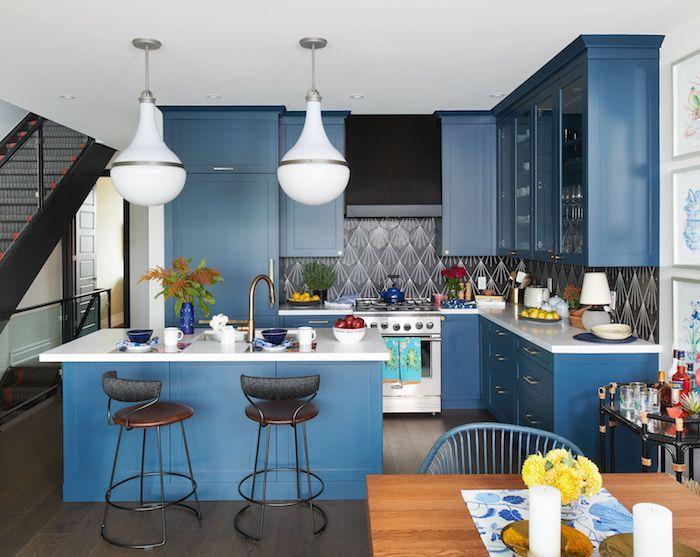 Mur bleu et blanc pour la cuisine bleu, belle cuisine bicolore fleurs jaunes pour déco, peinture salle a manger avec cuisine jointe