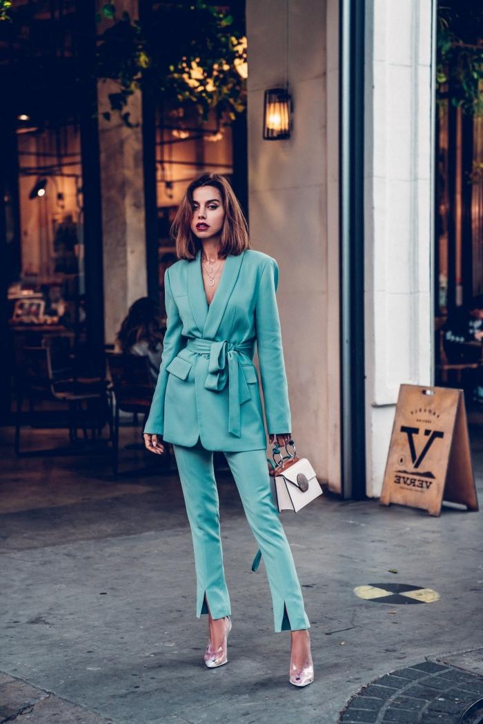 tenue professionnelle femme en costume de nuance bleue, comment porter un ensemble pantalon cocktail mariage