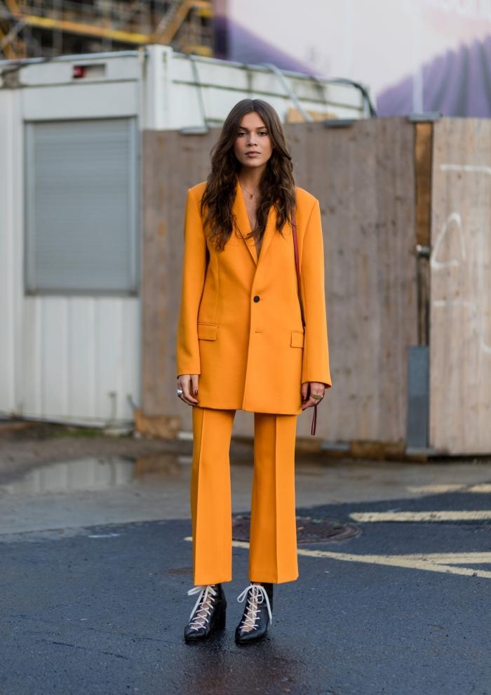 comment porter le jaune cheddar, ensemble pantalon cocktail mariage de nuance jaune accessoirisé avec chaussures noires