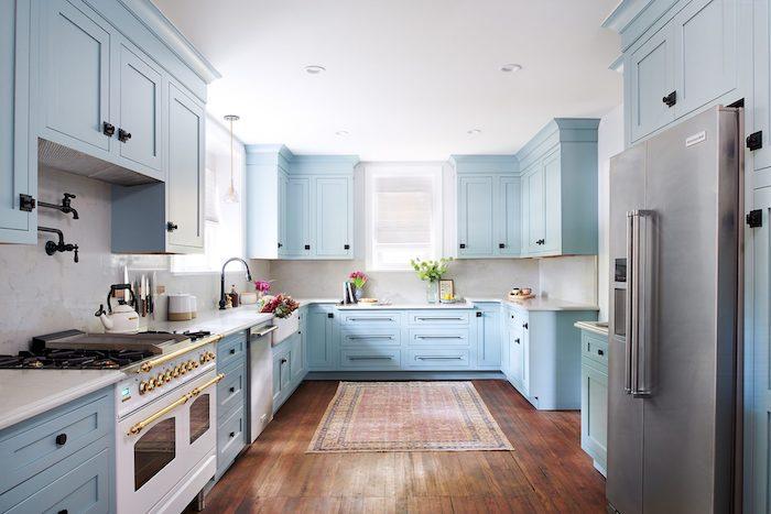 Cuisinier blanche cabines bleu claire, tapis oriental dans la cuisine tendance 2020, associer les couleurs dans une cuisine