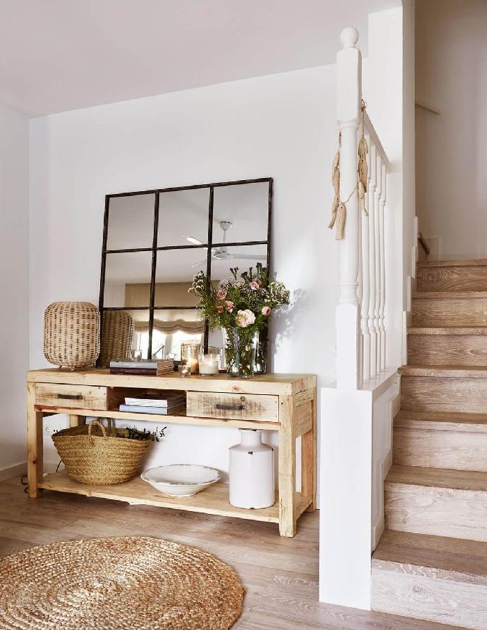 tapis rond jute idee deco maison style rustique accents nature panier tressé vase blanc miroir carreaux vase verre meuble bois clair