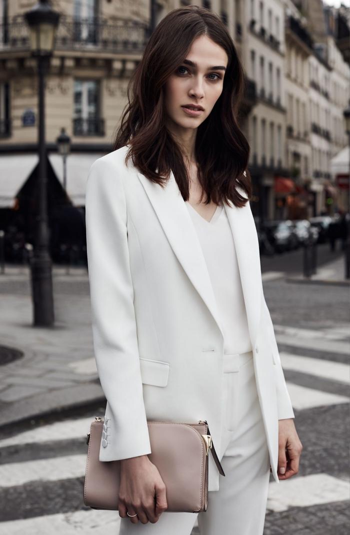 exemple comment porter le blanc au quotidien, modèle d'ensemble tailleur femme chic blanc pour un look femme au travail