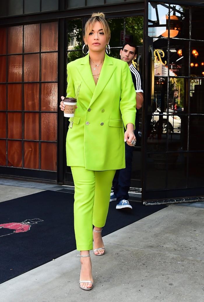 quelle couleur pour un ensemble pantalon cocktail mariage, look du jour de Rita Ora habillée en costume gris électrique
