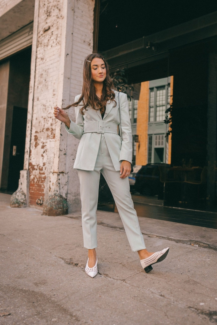 look professionnel et chic femme avec costume gris clair, modèle ensemble tailleur femme avec blazer ceinturée et pantalon à longueur cheville