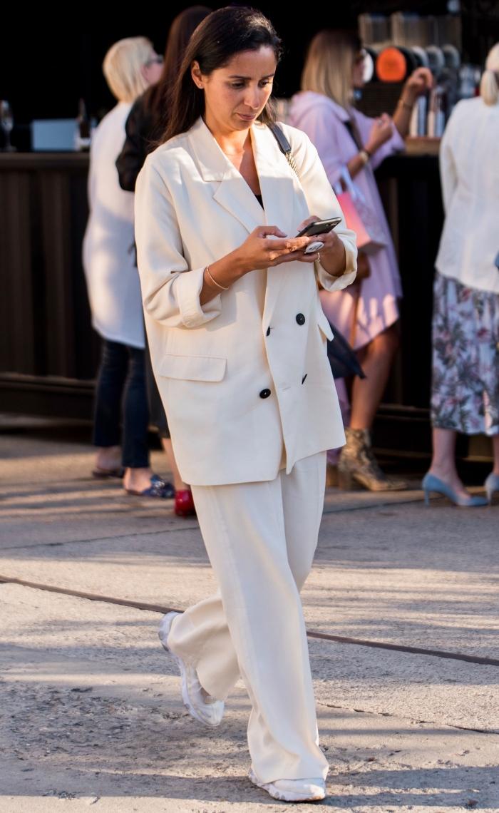 comment porter le blanc au quotidien, idée de tenue casual smart avec costume et baskets, ensemble veste pantalon femme