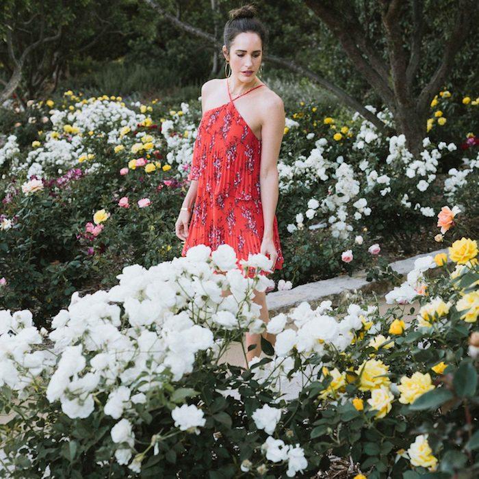 tenue inspiration louise roe robe rouge jardin avec roses californie robe été femme tenue de vacances blogueuse style tendance 2020