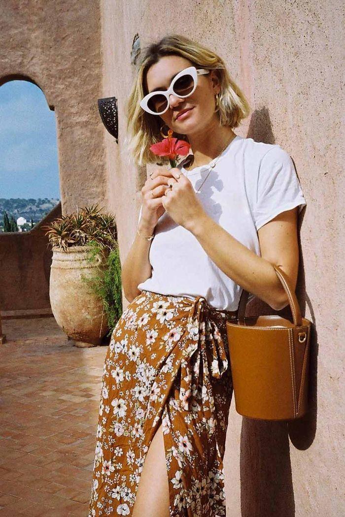 tenue t shirt et jupe felurie portefeuille lunettes de soleil blanc cadre robe de cérémonie femme chic robe femme habillée mais boheme beauté