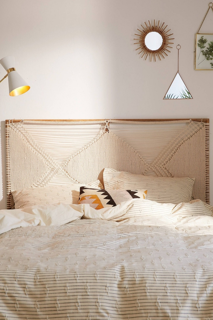 tete de lit diy macramé corde beige décoration petite chambre bohème miroir soleil art mural fleurs séchées lampe de chevet blanche