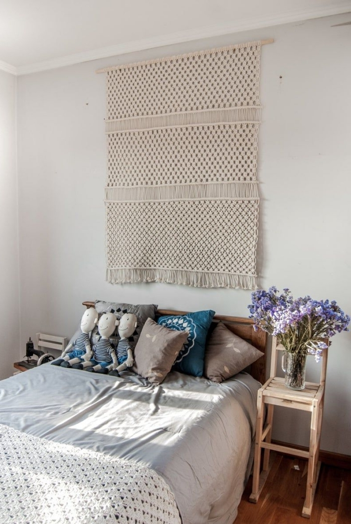 tete de lit fait maison facile macramé technique suspension franges tête de lit bois coussins décoratifs chaise bois bouquet de fleurs