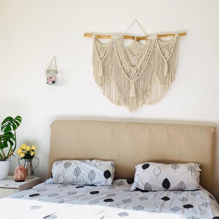 tete de lit fait tissu beige décoration murale suspension diy en corde macramé noeud bâton bois feuilles monstera plante chambre