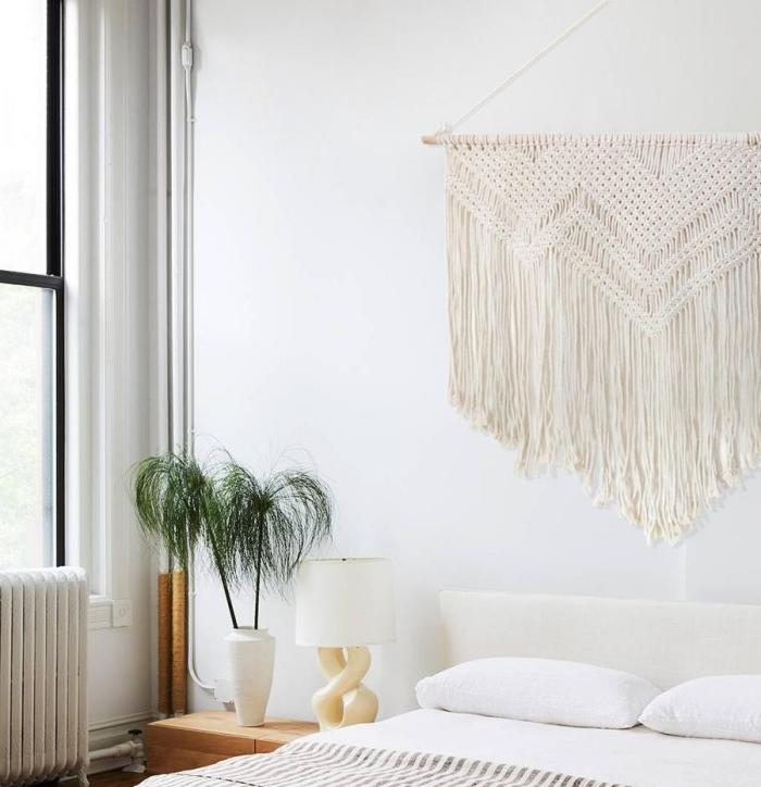 tete de lit originale décoration chambre à coucher style boho moderne plante verte d intérieur lampe de chevet blanc et bois meuble bois clair