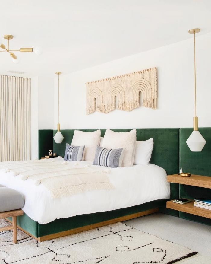 tete de lit tissu velours vert foncé décoration chambre à coucher style boho moderne tapis moelleux beige et noir lampe suspendue blanc et or tête de lit en macramé