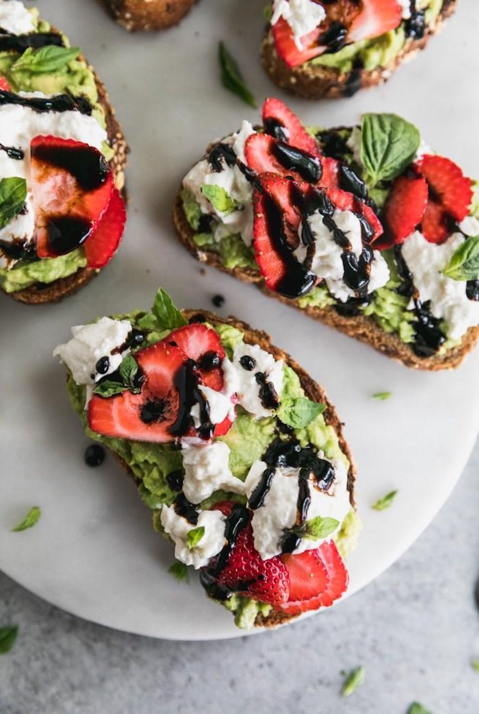 toast apéritif facile, idée recette avocado toast avec mousse d avocat, burrata fromage, tranches de fraise et vinaigre de balsamique
