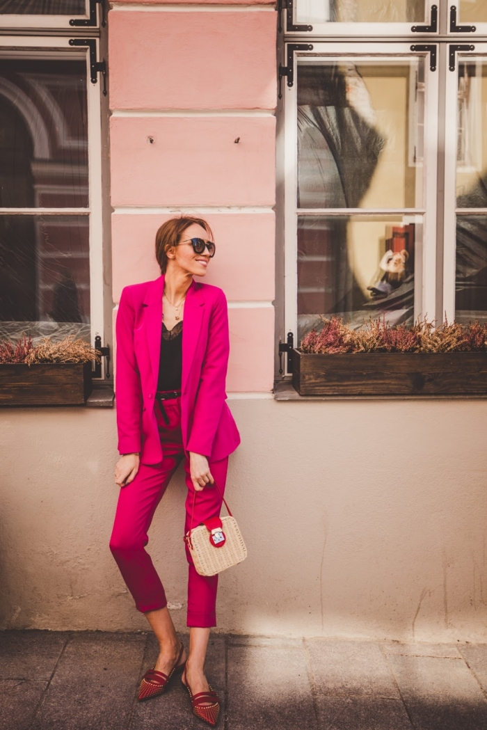 comment bien s'habiller femme invitée, modèle de tailleur pantalon femme pour cérémonie mariage de couleur rose fuchsia