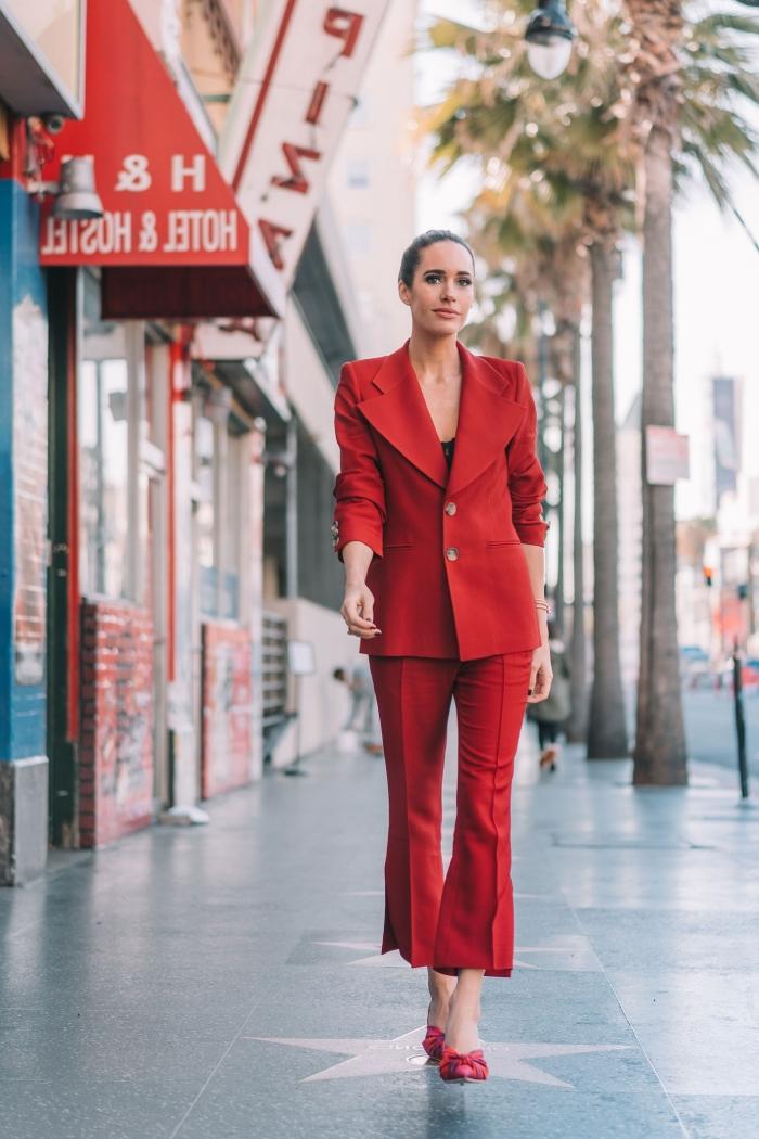 exemple comment porter un tailleur femme chic mariage de couleur rouge, tenue femme stylée en costume rouge et chaussures hautes