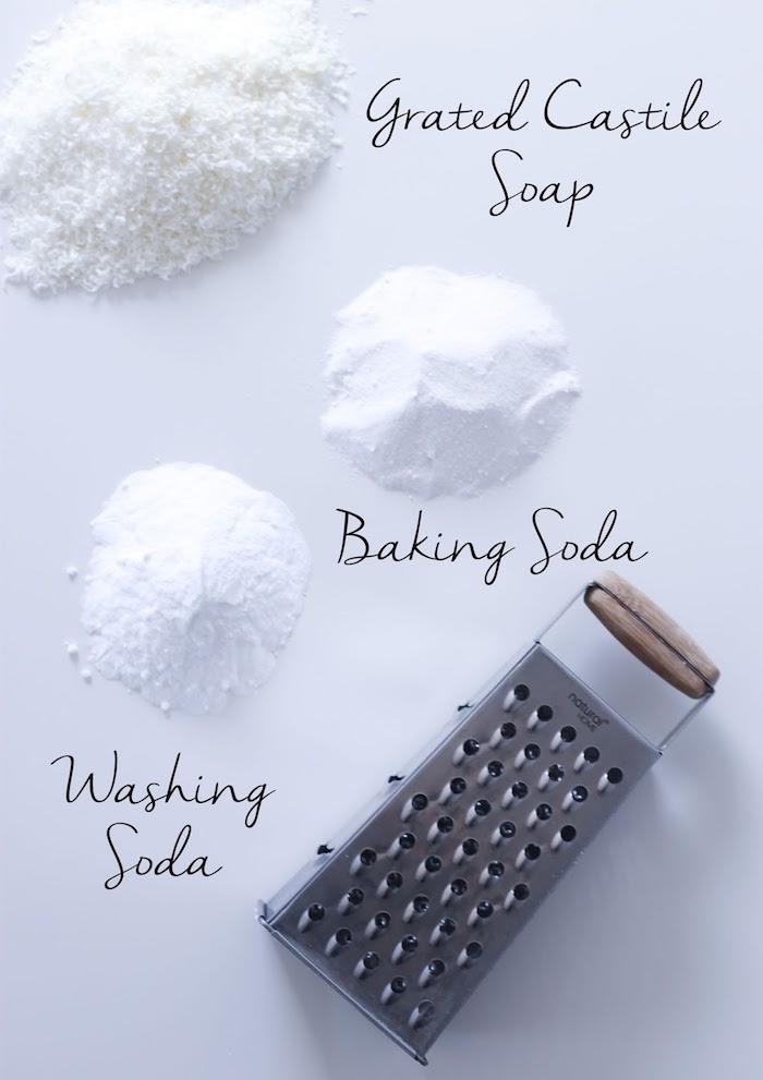 trio pour fabriquer sa lessive en cristaux de soude bicarbonate de soude et savon de castille râpé exemple de lessive diy 3 ingredients