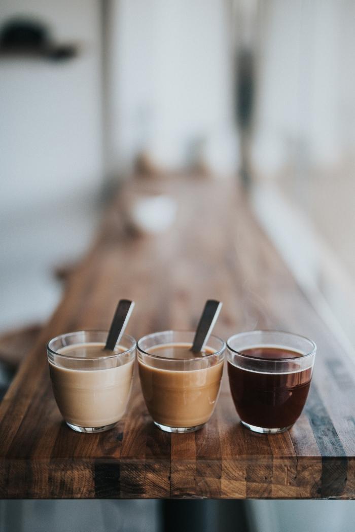 comment préparer un latte glacé facile, verres à shot remplis de café préparé de différentes façons avec ou sans lait