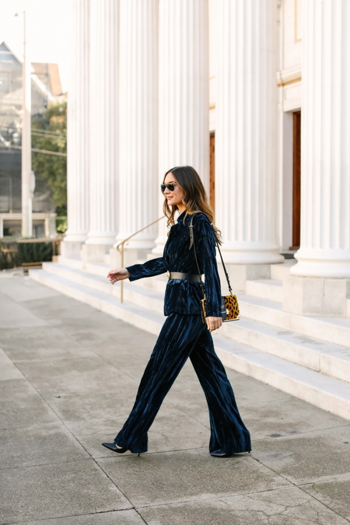comment accessoiriser un tailleur pantalon femme pour cérémonie mariage, look femme élégante en costume velours en bleu foncé