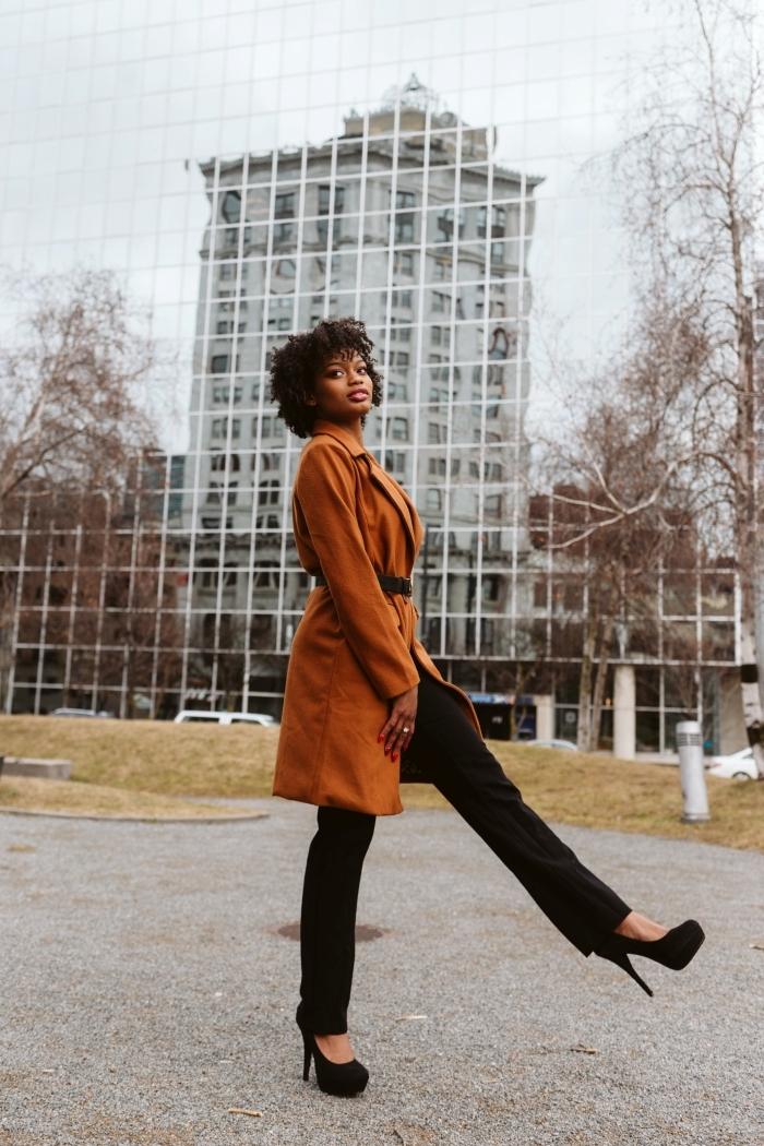 vêtements femme stylée manteau long couleur camel pantalon loose noir chaussures à talons noires coiffure afro femme