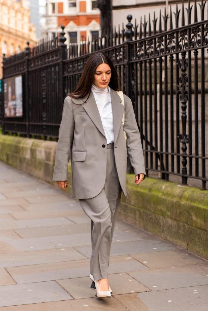 exemple comment porter un tailleur pantalon femme oversized avec un pull et chaussures à talons, idée tenue chic et stylée femme