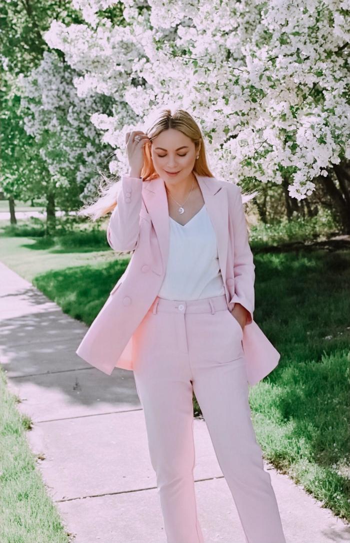 idée comment combiner un tailleur pantalon femme pour cérémonie mariage de couleur rose pastel avec blouse blanche