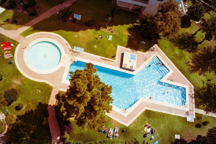 vacances pelouse verte arbre piscine dans le cour devant la maison