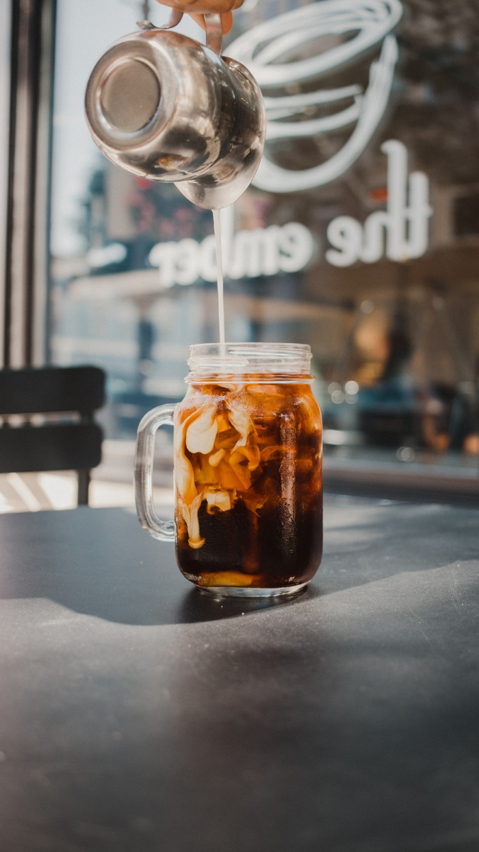 idée comment servir un café dans un bocal avec glaçons, café frappé recette originale et facile à faire soi-même
