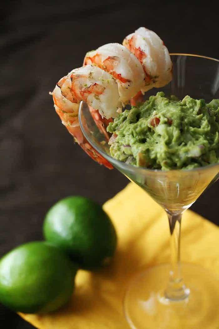 guacamole avocat et piments avec des crevettes dde coté, recette a base d avocat pour votre entrée gastronomique