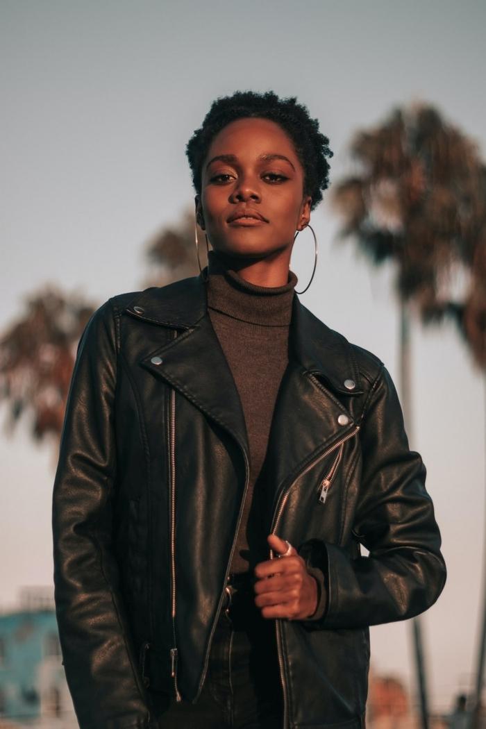 veste en cuir noir pantalon taille haute noir pull marron accessoires bijoux or créoles gros coupe cheveux court afro antillais