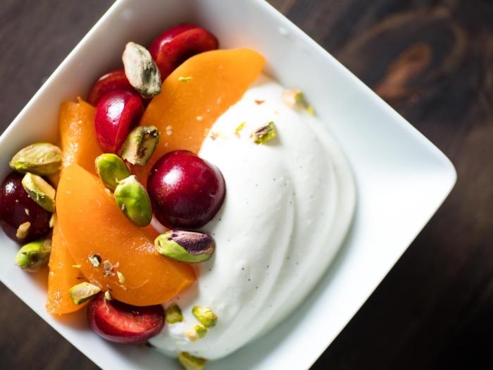 yaourt cerises dessert facile et rapide aux fruits pistaches pêche tranches dessert léger simple été recette sucrée