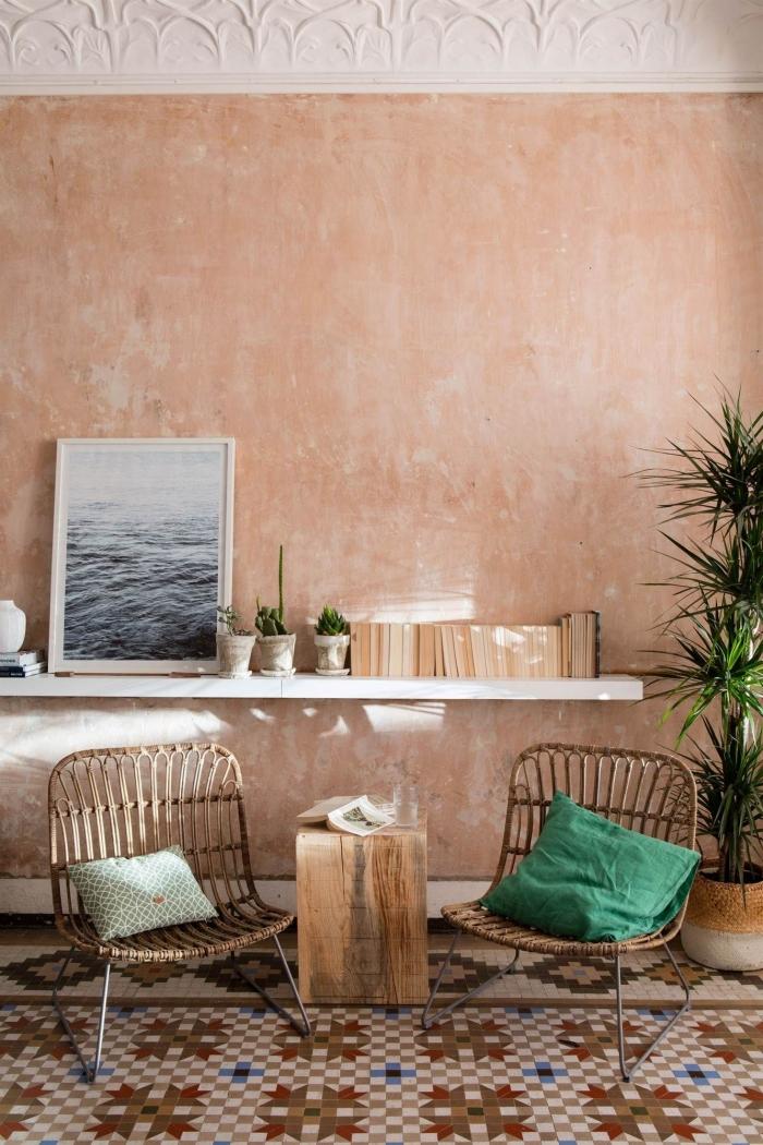 étagère murale photo mer cadre blanc plante verte livres chaise fibre végétale pieds métal couleur peinture chambre adulte mur tendance terracotta