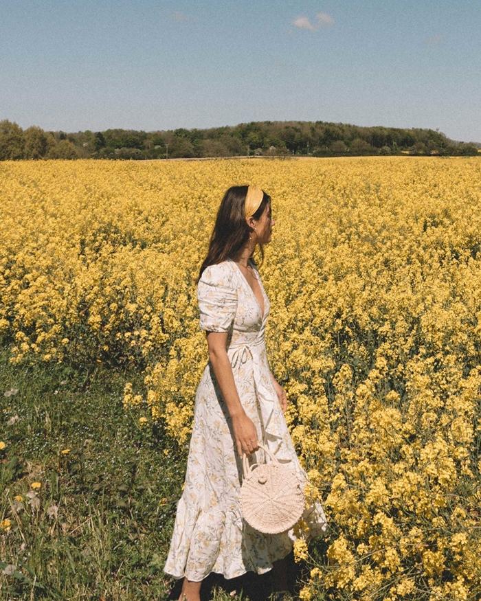 accessoire cheveux bandana jaune sac à main rond robe boheme chic longue couleur blanche motifs floraux jaune manches courtes