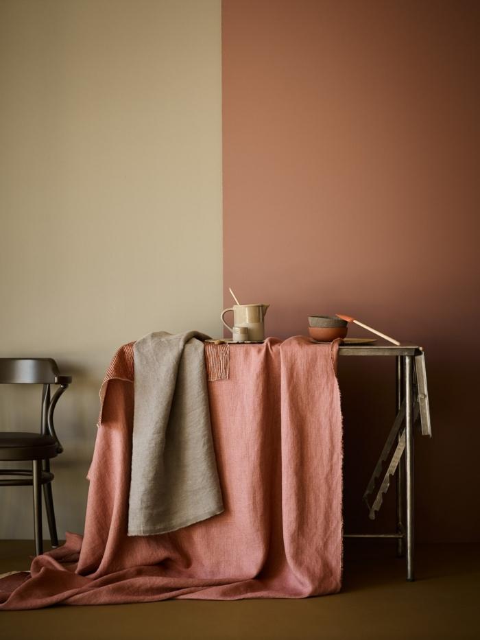 accessoire poterie céramique linge de lit couleur terreuse rose poudré peinture terracotta mur bicolore chaise bois foncé design intérieur