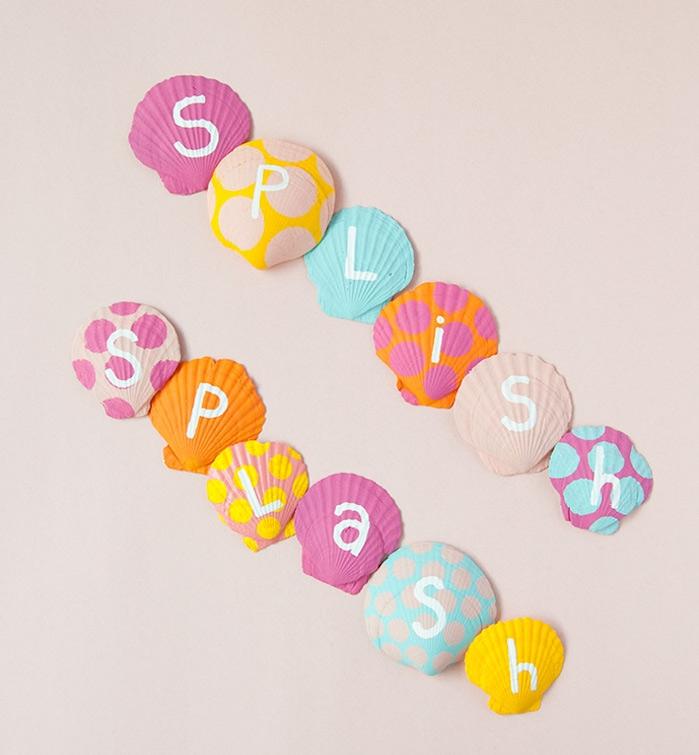 activité manuelle été avec coquilages de mer repeints de couleurs variées et motif polka dot et lettres activité peinture enfant
