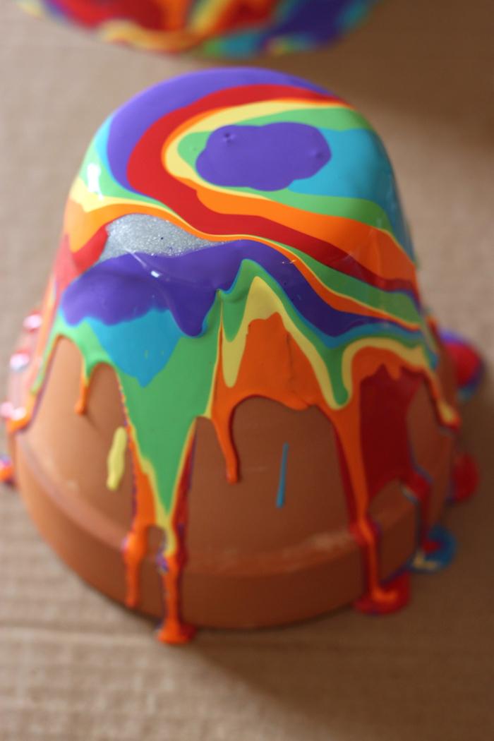 activité manuelle enfant d été idée de peinture terracota en couleurs arc en ciel bricolage exterieur simple