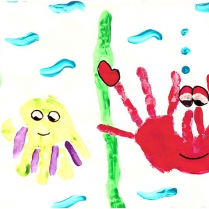 Аctivité avec de la peinture divertissante et haute en couleurs pour occuper les petits pendant les vacances