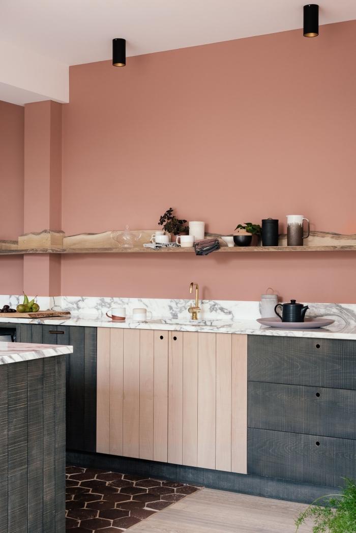 agencement cuisine en longueur avec îlot crédence marbre plan de travail décoration de cuisine terracotta mur peinture tendance lampe led