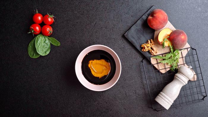 ajouter du miel dans une vinaigrette maison simple et rapide pour une salade composée d été