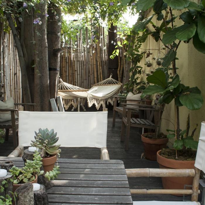 aménagement cour arrière style boho chic hamac suspendu franges succulentes clôture palissade bambou intimité jardin meubles bois